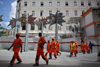 Cerca de 200 trabajadores indios fueron contratados por la entidad francesa Bouygues , asociada con el grupo Gaviota de las Fuerza Armadas Revolucionarias, para la reconstrucción de la Manzana de Gómez.