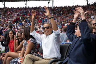 Obama y Raúl celebran en un juego de béisbol en La Habana.